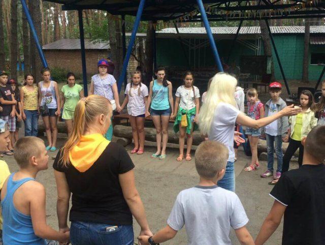 Дети из прифронтовой зоны едут в летний лагерь под Киевом